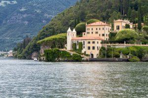 Ein grosses Haus direkt am Wasser, Italien