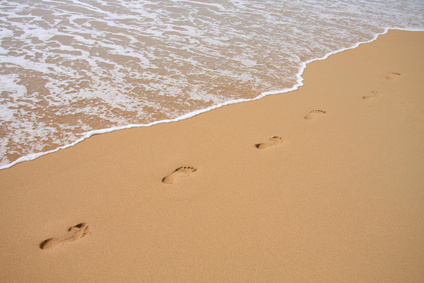 Fußspuren im Sand am Meer