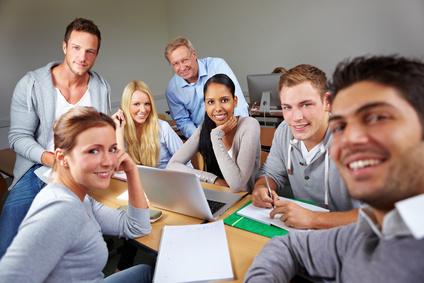 Der Artikel wirbt für den Erwerb von Fremdsprachenkenntnissen.