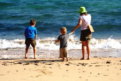 Eine Familie an einem Strand bei strahlender Sonne