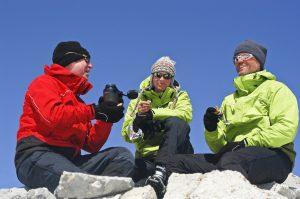 Drei Freunde sitzen im Schnee