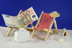Geldschein auf Mini-Liegestühlen