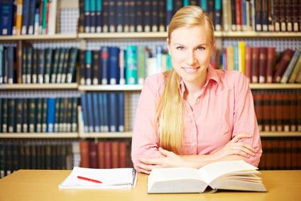 Eine junge Frau beim Lernen einer fremden Sprache