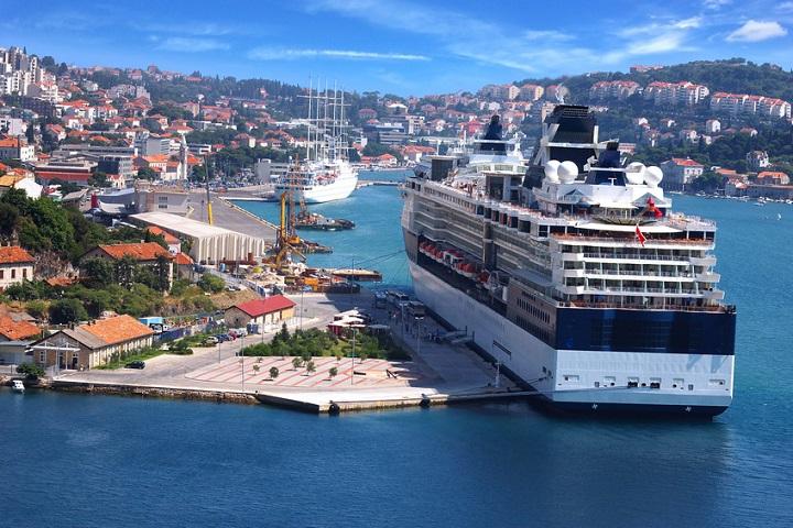 Kreuzfahrtschiff liegt im Hafen