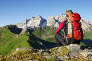 Ein Wanderer legt eine Pause auf der Zugspitze ein