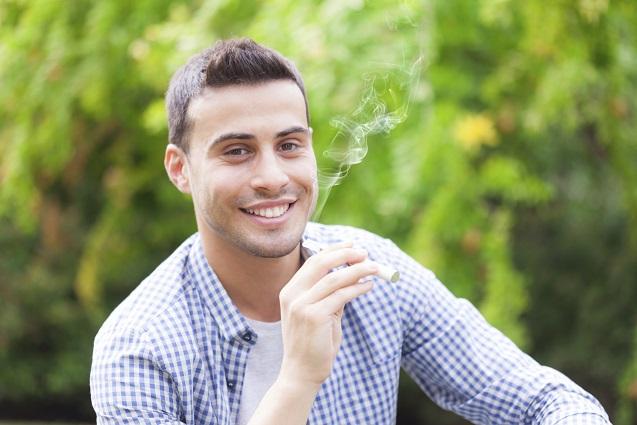 Ein junger Mann mit einer e-Zigarette
